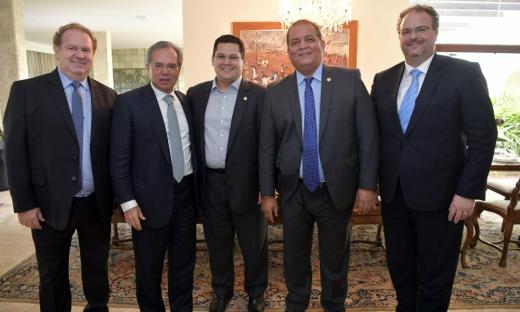 Mauro Carlesse foi recebido, em Brasília, pelo ministro Paulo Guedes. Participaram do encontro o presidente do Senado Davi Alcolumbre, o senador Eduardo Gomes e o secretário da Fazenda, Sandro Armando