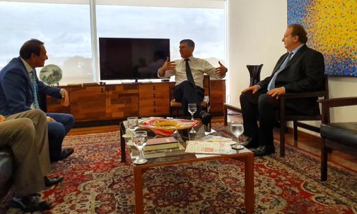 Mauro Carlesse destacou que o apoio da bancada é decisivo para a captação dos recursos necessários para completar a infraestrutura do Estado. Na foto, com o Ministro da Secretaria de Governo, Santos Cruz, e o deputado federal Carlos Gaguim