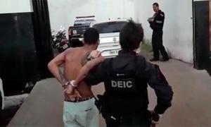olicial conduz um dos presos durante a operação Hydra em Gurupi
