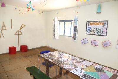 Sala temática de Matemática identificada com elementos e instrumentos utilizados no ensino da disciplina