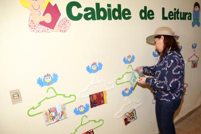 A secretária de Estado da Educação, Juventude e Esportes, Adriana Aguiar, durante visita à sala temática de Língua Portuguesa