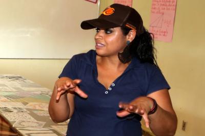 A professora de Matemática Amanda Karine Carvalho idealizou o projeto de horta escolar e trabalha a interdisciplinaridade nas aulas