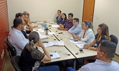 Equipe reunida em estudo de caso para analisar acúmulo ilegal de cargos