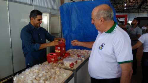 Secretário Ridoval Chiareloto  visita expositores no Galpão Empresarial