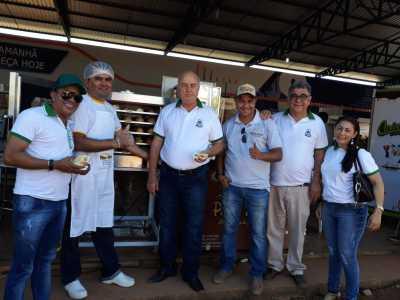 Secretário Ridoval Chiareloto, acompanhado da equipe da Adetuc,   conversa com expositores
