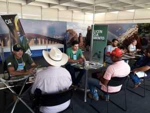 Foto 03_Técnicos dos setores de Licenciamento Ambiental, Fiscalização e Biodiversidade recebem visitantes no stand do Naturatins_Crédito Tânia Caldas.jpeg