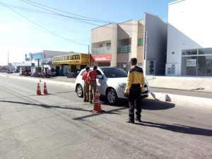 Estudantes participam de blitz educativa, com agentes de trânsito