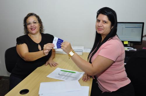 Servidora da Secad recebe o cartão do Plansaúde