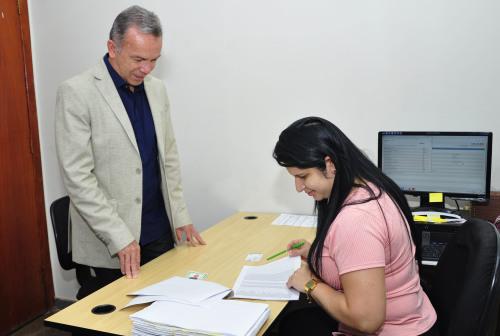 Secretário recebe o cartão do Plansaúde no RH da Secad