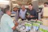Secretário da Seagro aprecia diversidade da produção proveniente das frutas do Cerrado.