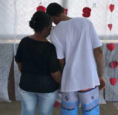 Mãe e filho comemoram juntos dias das mães