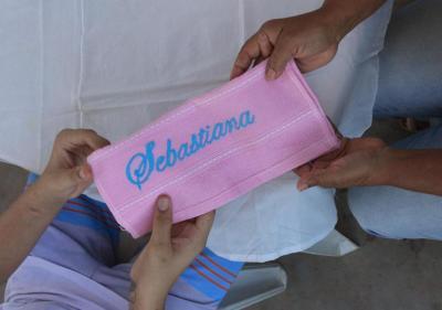 Adolescente presenteia mãe durante confraternização realizada no Ceip Sul