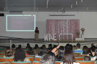 """O Colégio ofereceu palestras com as temáticas """"Empoderamento da mulher"""" e """"O poder de educar da mãe que ora"""""""