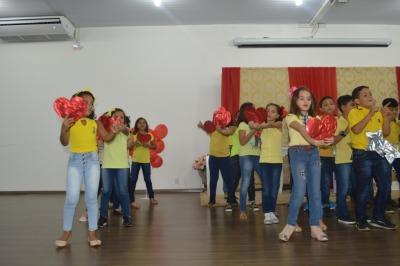 Os estudantes fizeram apresentações teatrais e cantaram músicas em inglês