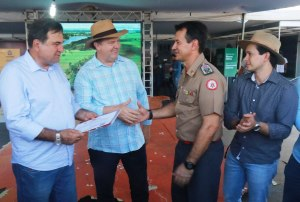 Governador Mauro Carlesse e secretário da Seagro César Halum recebem certificado de regularidade da Agrotins.
