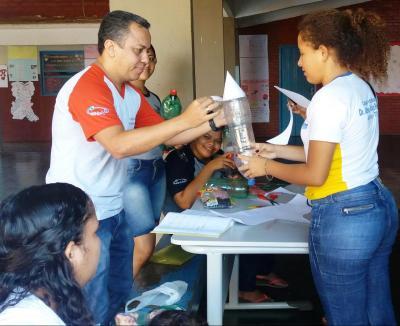 Estudantes confeccionam foguetes com materiais recicláveis em Dianópolis