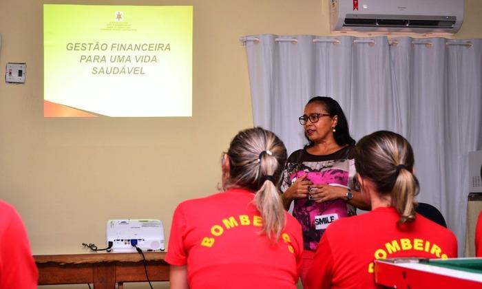 Psicóloga Maria do Socorro orienta bombeiros militares sobre planejamento orçamentário e estratégias para redução gastos