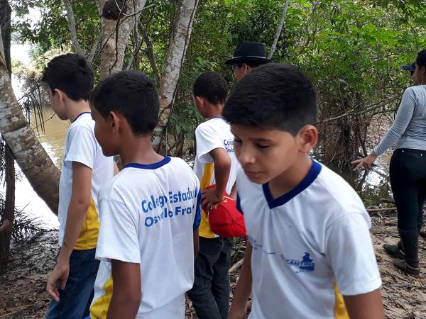 Alunos e professores realizam limpeza no Córrego Brejinho