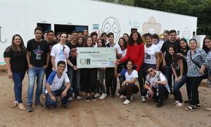 Alunos da Escola Dom Alano entregam doações para o Hospital do Amor