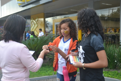 Com uma vacinação simbólica, a dinâmica tem o envolvimento de alunos da escola estadual Vale do Sol, aqui de Palmas
