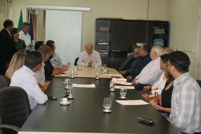Secretário Ridoval em reunião para assinatura de contratos com empresas beneficiadas pelos incentivos fiscais