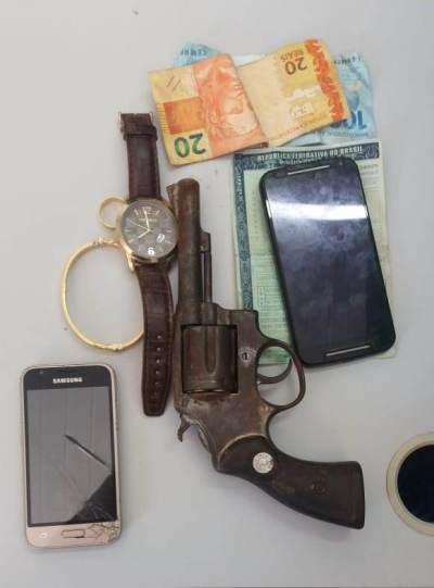 Arma de fogo e objetos apreendidos pela PM