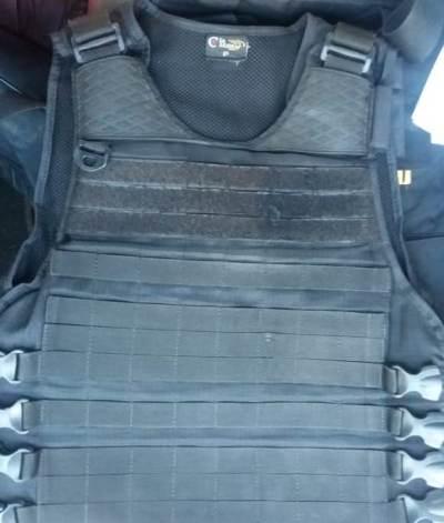 Colete do policial militar atingido, onde ficou acoplada a munição