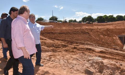 Estão sendo realizadas no local obras de drenagem, terraplenagem, pavimentação, urbanização e de proteção, com investimentos na ordem de R$ 3,2 milhões