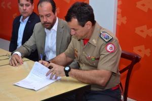 Comandante-geral do CBMTO, coronel Reginaldo Leandro da Silva assina termo e diz que parceria é um marco no desenvolvimento do Tocantins