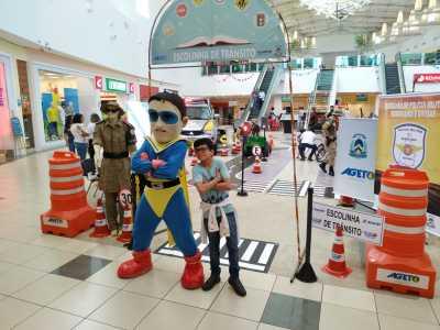 Crianças interagem com Herói do Trânsito