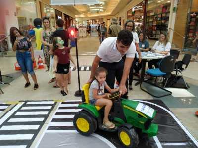 Crianças aprendem sobre situação corriqueira do trânsito