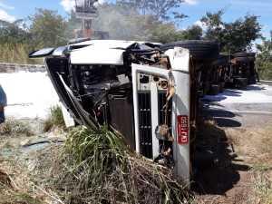 Carga de cal, a qual o caminhão transportava, ficou espalhada pela pista impedindo o trânsito de veículos