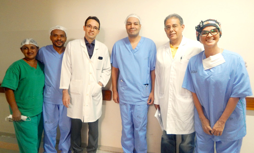 O médico cardiologista, Juan Fernando e o coordenador da Cardiologia Clínica da unidade, Eurípedes Barbosa, comemoraram o sucesso da retomada dos procedimentos junto à equipe
