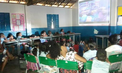 Alunos participam do projeto 'Cineminha na Escola' realizado na Escola Municipal Thezilda Sampaio de Oliveira