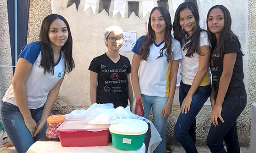 Alunas participam da 'Feira do Empreendedor' realizada na Escola Estadual Ana Macedo Maia