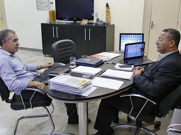 Tom Lyra no encontro com o prefeito de Araguatins,Claudio Santana, acompanhado dos secretários municipais do Turismo, Divino Coimbra, e do Meio Ambiente, Marcio Santana