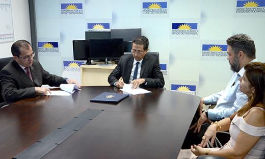 Assinatura do termo de doação aconteceu na sede do Ministério Público