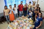 Na formação das cestas básicas, professores e alunos compartilham solidariedade