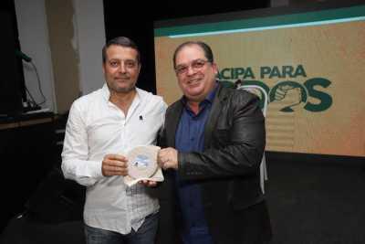 Prof. Dr Márcio recebe homenagem de representante da Acipa