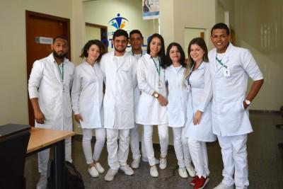 A professora e fisioterapeuta Luciana Furtado e alunos do curso de fisioterapia do Ceulp/Ulbra.