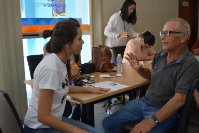 Estudantes de enfermagem orientando os servidores aposentados.