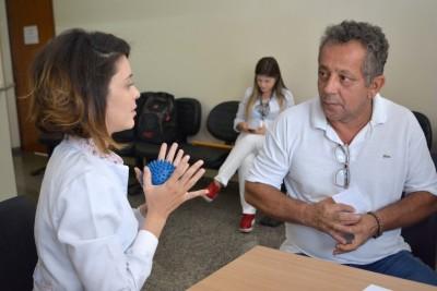 O Segurado Edson Lindoso Cavalcante recebendo orientações de uma das estudantes de fisioterapia.