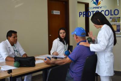 O médico e segurado Reynaldo Teles recebendo os cuidados dos estudantes de fisioterapia.
