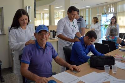 Estudantes de fisioterapia atendendo o segurado Reynaldo Teles e os beneficiários do Igeprev.
