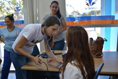 A estudante de enfermagem aferindo a pressão arterial da beneficiária do Igeprev.