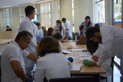 Estudantes de fisioterapia e enfermagem atendendo e orientando os servidores aposentados.