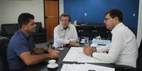 Visita do deputado Vilmar de Oliveira acompanhado do prefeito de Tabocão, Wagner Teixeira ao secretário da Infraestrutura, Renato de Assunção