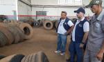 Equipe técnica da AEM realiza verificação em empresa autorizada a reformar pneus