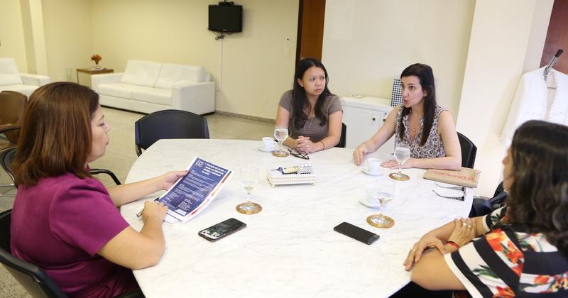 Em reunião, os representantes da Perkins apresentaram o curso para a gestora da Seduc, professora Adriana Aguiar