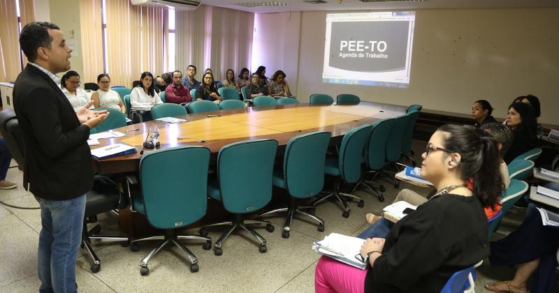 O foco da formação está na metodologia de monitoramento da execução do Plano Estadual de Educação